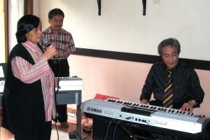 Betty RFS (alm) menyanyi di acara reuni Radio Unpad 2011 di Wisma Unpad.