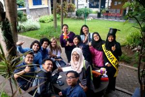 Tiga mahasiswa Belanda bercengkrama dengan mahasiswa Fikom Unpad.