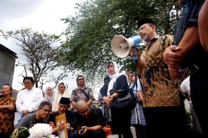 Dekan Fikom Unpad, Prof Deddy Mulyana memberikan  sambutan pada upacara pemakaman.