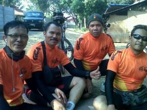 Uud Wayudin bersama komunitas sepedanya.