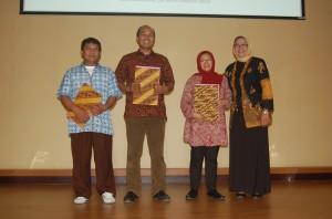 Tenaga kependidikan Berprestasi, Luki, Adjat dan Ehan bersama Wakil Dekan II. (Foto Suwito)