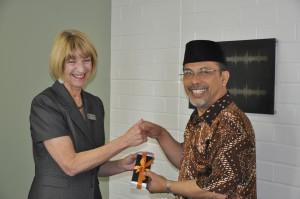 Prof Eileen Badry dan Prof Deddy Mulyana dalam penjajagan kerjasama (Foto AK)