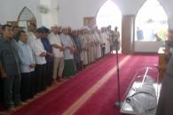 Presiden Joko Widodo dan Waapres Jusuf Kalla ikut menyalatkan almarhum. (Foto Tribunnews.com)