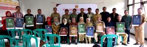 Para Kepala Sekolah sekecamatan Citali dengan poster PKM Prodi Jurnalistik.