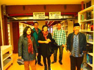 Proof Deddy Mulyana bersama alumni Program Doktor Fikom Unpad mengunjungi perpustakaan Universitas Bilgi.