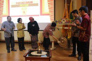 Dekan Fikom Unpad membuka PPRF 2014 Hima Humas. (Foto Suwito)