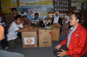 Penyerahan Sumbangan Buku oleh Asep SR. (foto Samson).