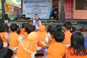 Taufik, dosen sastra Sunda tengah mendongeng (Foto Panitia)