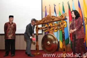 Rektor Unpad, membuka Simposium Komunikasi Kesehatan Fikom Unpad. Didampingi Dekan Fikom dan Ketua Panitia.(Foto Humas Unpad).
