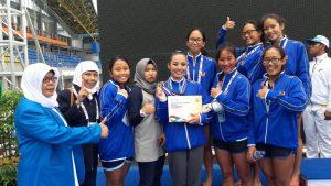 Aurora (keempat dari kiri, memegang piagam) mahasiswa prodi Mankom peraih medali emas PON