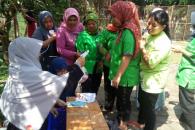 (Foto proses pemberian daging hewan kurban BKI Fikom Unpad kepada staff kebersihan Fikom Unpad. Foto diambil oleh Neli Anjani)