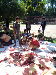 (Foto proses pemotongan daging hewan kurban BKI Fikom Unpad. Foto diambil oleh Neli Anjani)